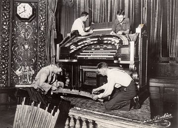 Installation of the Wurlitzer console at Brisbane's Regent Theatre 1929 (Courtesy: www.ohta.org.au)