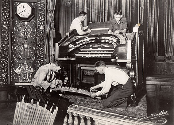 Installation of the Wurlitzer console at Brisbane's Regent Theatre 1929 (Courtesy: www.ohta.org.au)